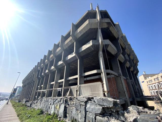 Değeri 100 milyondan fazla olan Merter'deki bina 31 yıldır tamamlanamadı